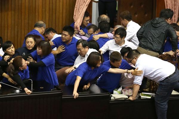 """学者:台湾围绕""""劳基法""""争"""