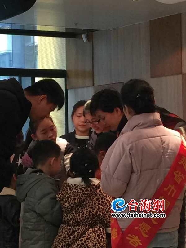 福州举办圣诞娃娃纸艺diy活动 三年级男生组队挑战高难度魔术雪花折纸