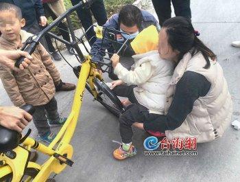 女子用小黄车车篮载男童致其脚被卡伤