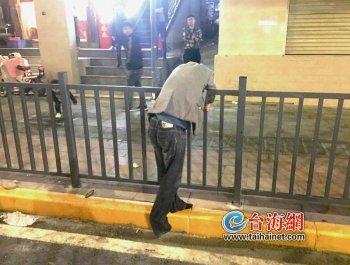 """深夜他坐在马路上""""思考人生"""""""