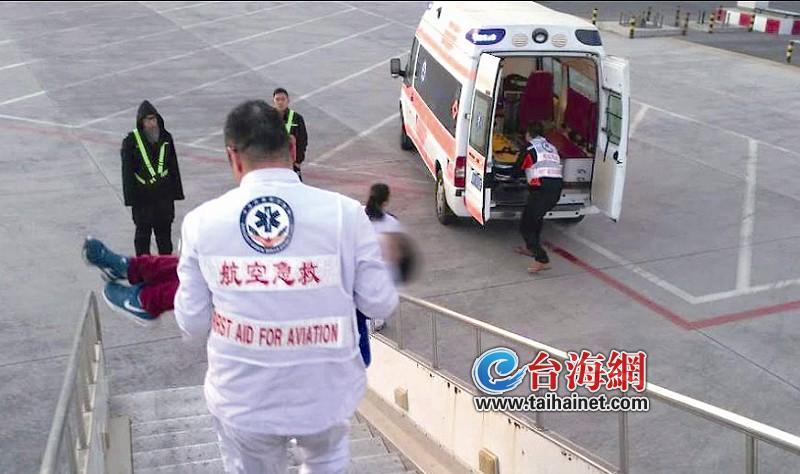 医护人员,将小孩从飞机上抱下紧急送往医院   台海网12月22日讯 (海峡导报记者 崔晓旭 通讯员 邱大朋)昨天上午,在MF8395北京—海口的航班上,一位6岁的儿童旅客突发疾病,厦航机组执行紧急备降。飞机降落在石家庄机场后,生病的儿童旅客及其家属被立即送往医院。经过治疗,该名小旅客的病情已经稳定。MF8395航班经过检查后,于9:19从石家庄机场起飞,12:23抵达海口。   昨日早上6:42,这架飞机从北京起飞,起飞15分钟后,飞机上的一位儿童旅客突然出现晕厥,乘务长上前查看,发现该名小