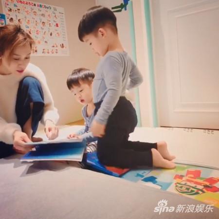 范玮琪中英文念睡前故事 双胞胎儿子超流利跟读