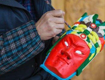 """走近贵州安顺""""地戏面具""""雕刻人"""