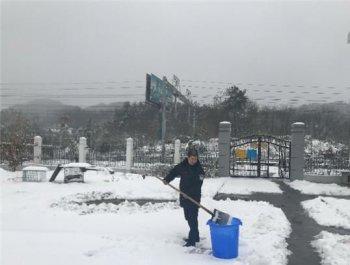 暴雪封山停水5天 大学生铁警煮雪取水