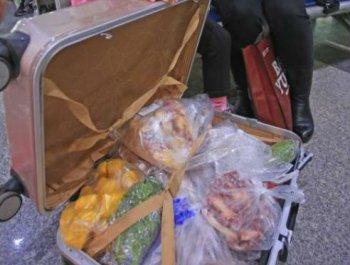 春运返程旅客行李箱中盛满家的味道