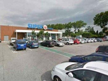 法国一家超市内发生人质劫持事件