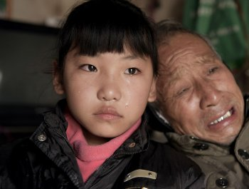 女童独自照顾重病爷爷 9年仅见父母一次