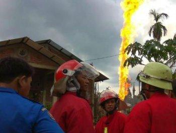 印尼油井着火数十人死伤 现场火柱冲天