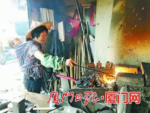 打铁手艺渐成过去时 女铁匠不想收徒了