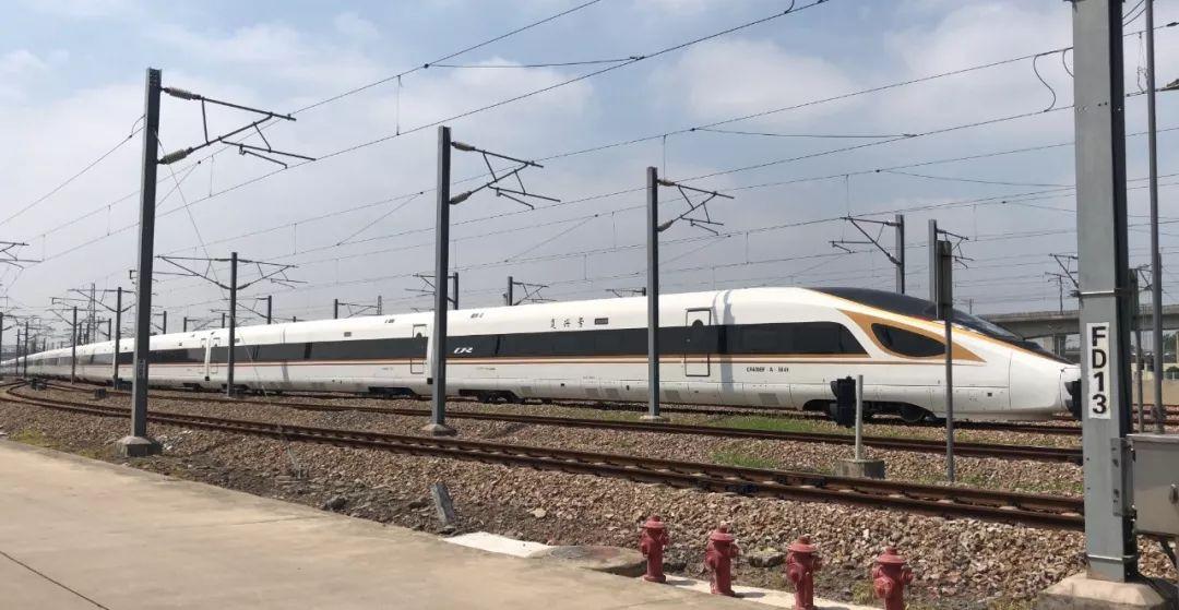 """高颜值的加长版""""复兴号""""动车组列车将首次在京沪高铁上线运行图片"""