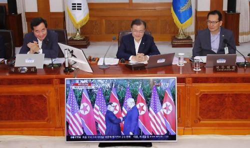 ...在新加坡举行的朝美首脑会谈现场直播.(图片来源:韩联社)-文在...图片 34060 500x296