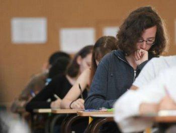 """法国""""高考""""开锣 学生苦战4小时大考哲学"""