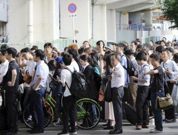 日本大阪6.1级地震 民众步行回家井然有序(高清组图)