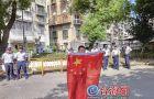 台男子挥舞五星红旗抗议蔡英文 还在现场搞起直播