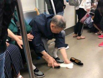 地铁上,老爷爷当众和老奶奶互换鞋袜