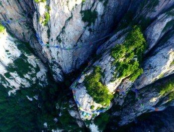 驴友悬崖绝壁扎帐篷蔚为壮观