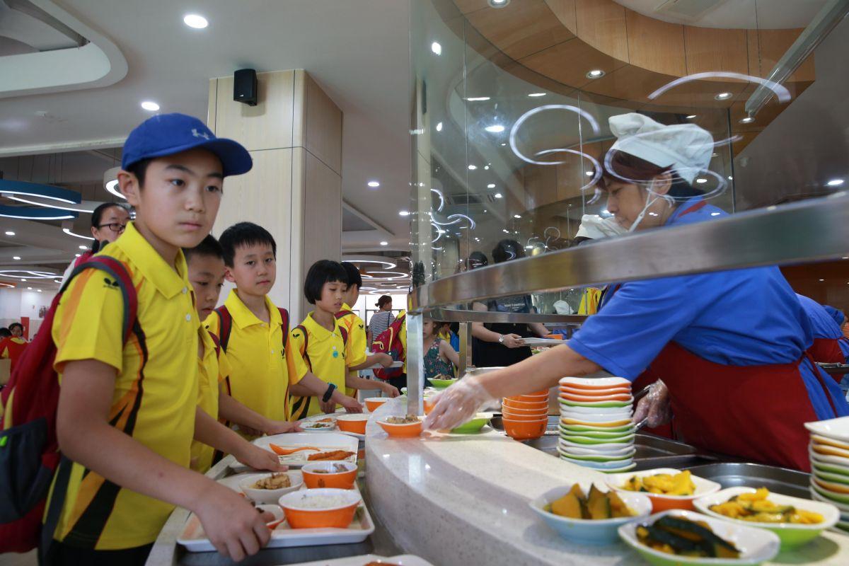 运动员住在海亮教育园的学生宿舍,用餐安排在外国语学校学生餐厅.