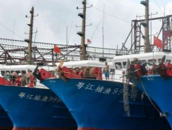 南海伏季休渔期结束 广东渔船雨中竞发