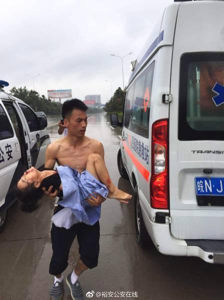 致敬最可爱的人 ---他用警服包裹受伤女孩,在风雨中狂奔