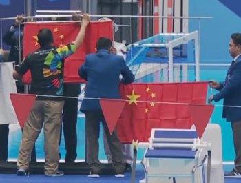 颁奖仪式发生意外 孙杨要求重新升国旗