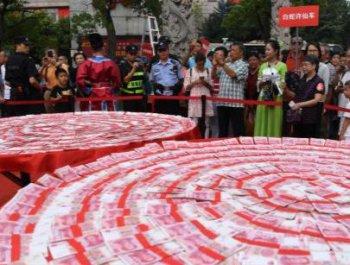 """杭州50万元现金""""大月饼""""引围观"""