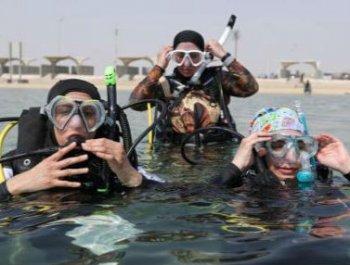 沙特妇女在海滩体验潜水