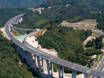 """航拍群山环绕厦蓉高速:""""危险路段""""变通途"""
