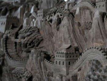 重庆市民在六米乌木上雕刻万里长城