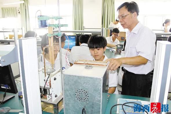 """大神!厦门一教师从语文老师跨界物理再到辅导科技比赛 进阶为""""金牌教练"""""""