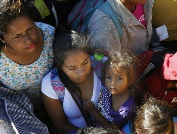 首批中美洲大篷车移民爬上边境墙