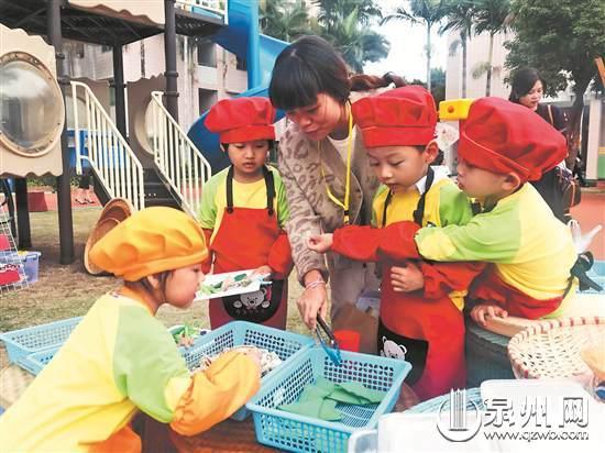 """幼儿园户外混龄自主游戏中,观摩老师被孩子请进""""海鲜烧烤店""""."""