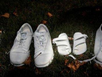 悼念枪击案遇难者 新西兰草坪摆放50双白鞋
