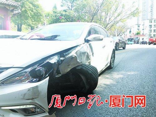 调音量打错方向盘小轿车撞上公交车 所幸未造成人员伤亡