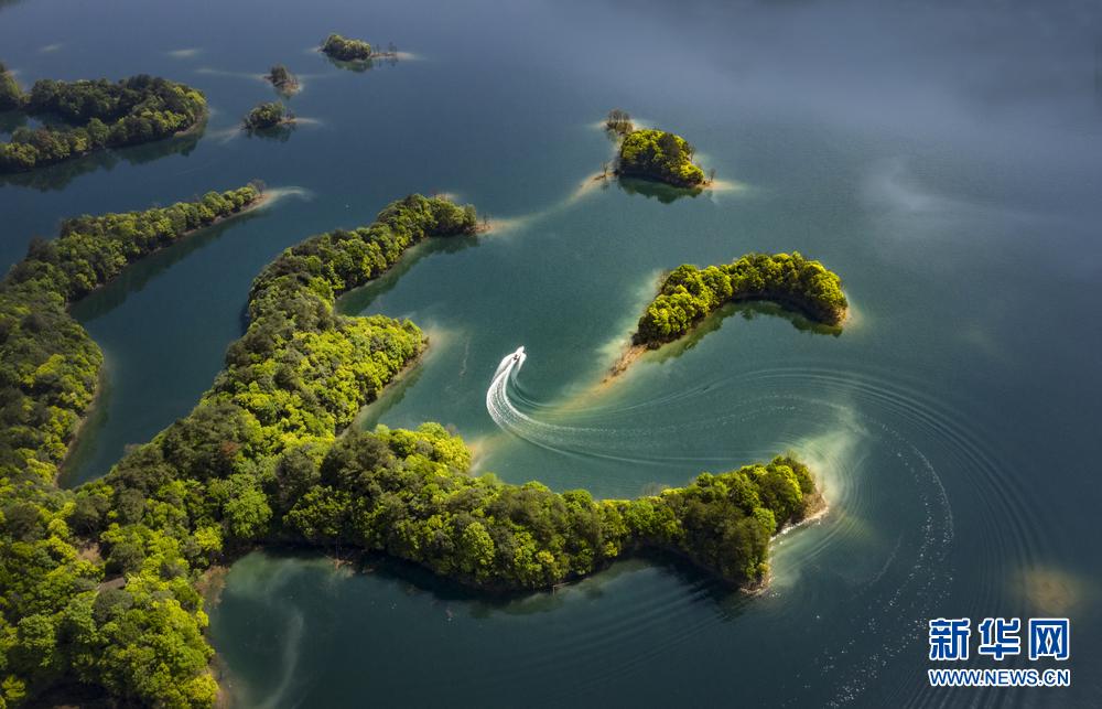 一艘小船行驶在太平湖风景区湖面上(4月17日无人机拍摄).