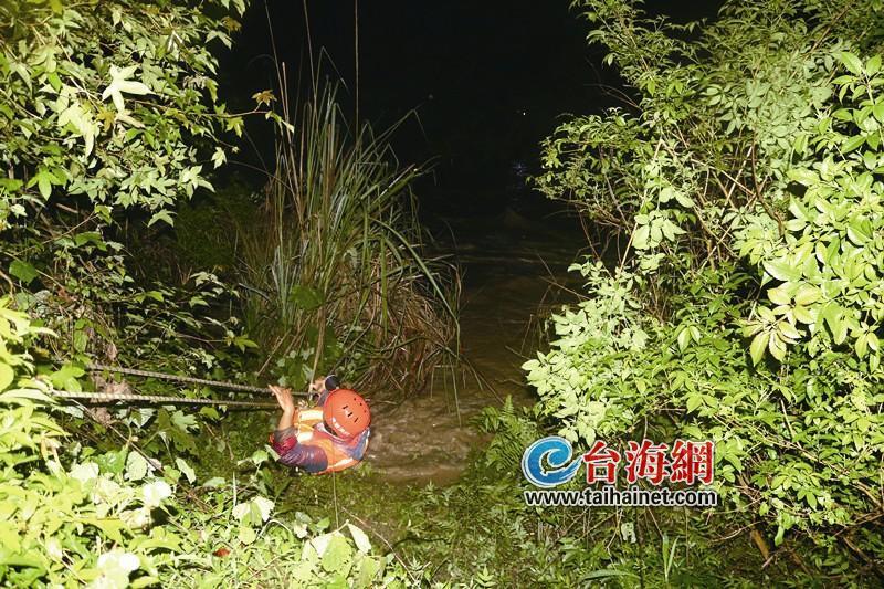 """龙岩:两名男子捕鱼被困河中 """"绳索""""搭起生命通道"""