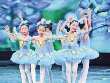 英國冰上芭蕾舞團首次在廈演出