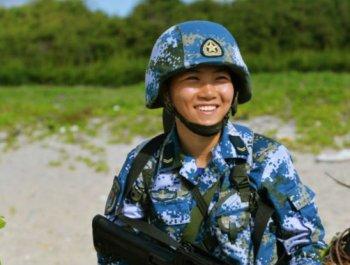 这个女特种兵拿得起笔也扛得动枪!