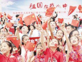 千名孩子和家长高唱《我和我的祖国》