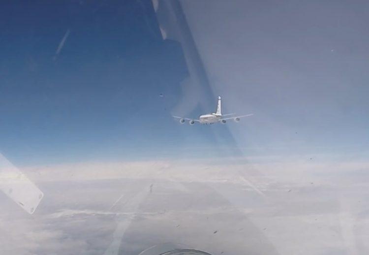 北约在俄家门口大搞军演 俄军苏-27拦截美瑞军机_卡戴珊女婴