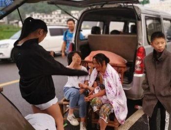 四川宜宾灾区民众迎来震后首日
