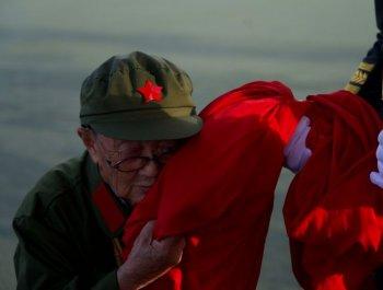 天安門前,94歲老兵無聲告白