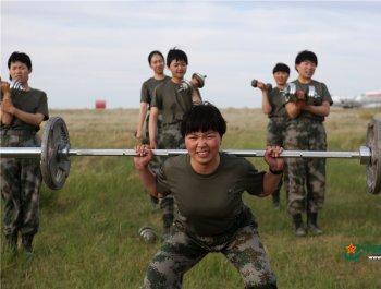 英姿颯爽 這才是坦克女兵最愛的樣子