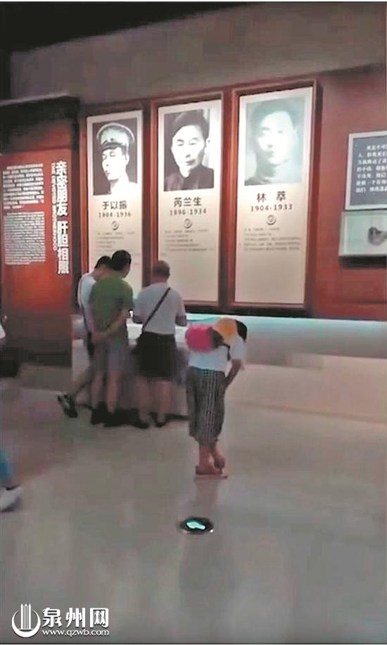 泉州石狮女孩给每位烈士鞠躬被拍下 网友:真美!