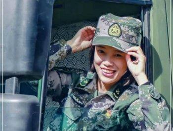 青春女兵,最美笑容致八一