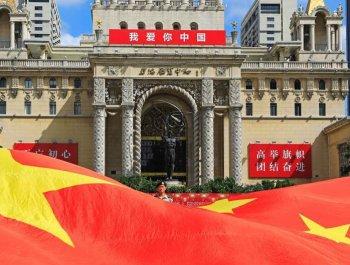 上海街頭唱響《我愛你中國》