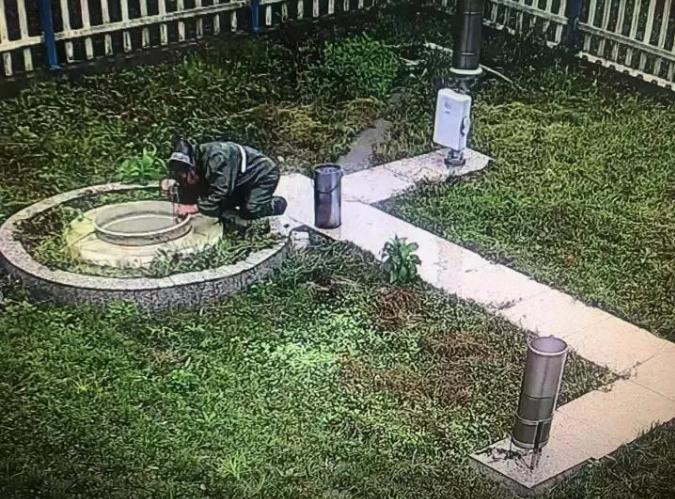 台风中,81岁行榜mmoggo的她在暴雨中心跪着……