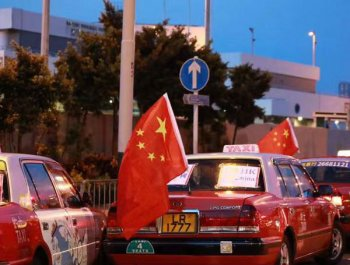 香港500辆的士挂上国旗