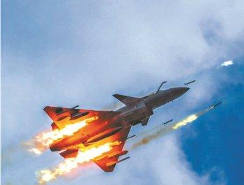实拍空军歼-10C战机打火箭弹