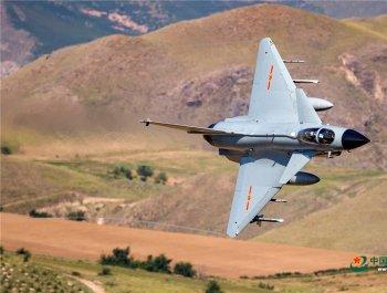 震撼!飞行员驾驶战机超低空穿越山谷