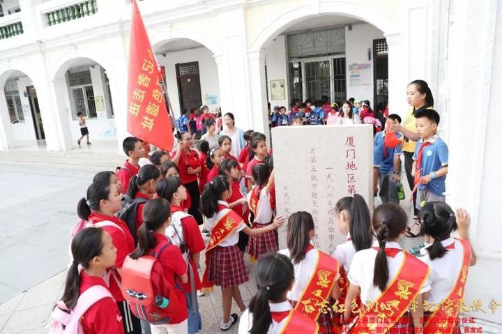 有你家娃没?集美小学三立楼前,千名师生挥舞国旗!场面很燃!(2)
